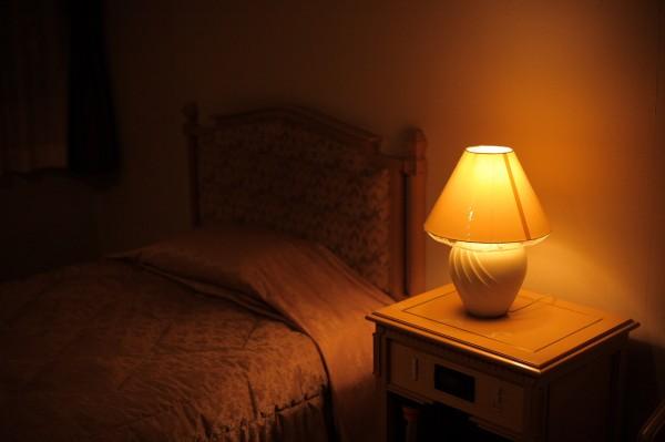 ベッドと灯りイメージ_02